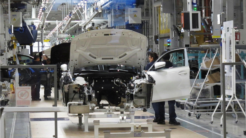 Los empleados trabajan en el cuerpo de un automóvil de la Serie 3 de BMW durante un recorrido mediático en la nueva planta del fabricante de automóviles alemán BMW en San Luis Potosí, México, el 6 de junio de 2019.