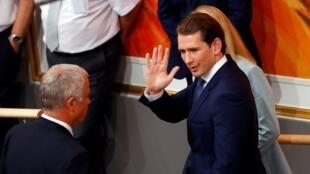 El canciller austriaco Sebastian Kurz se despide mientras abandona una sesión del Parlamento en Viena, Austria, el 27 de mayo de 2019.