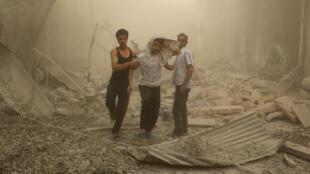 Après un raid du régime syrien sur un quartier de l'est de la ville d'Alep, tenu par les rebelles, le 26 avril.