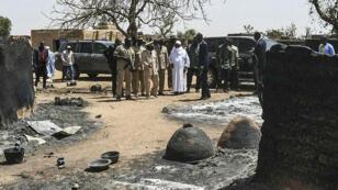 Le président malien Ibrahim Boubacar Keita debout devant une fosse commune après l'attaque le 23 mars, dans le village d'Ogossagou, près de Mopti, où plus de 130 villageois peuls, y compris des femmes et des enfants, ont été tués.