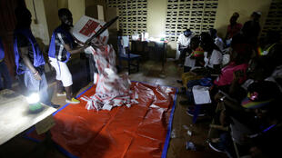 Los agentes de votación comienzan a contar las papeletas para la elección presidencial liberiana en una mesa de votación en Monrovia, 10 de octubre de 2017.