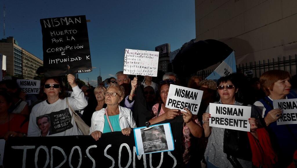 Cientos de personas participan en una manifestación para pedir justicia en el caso del fiscal Alberto Nisman al cumplirse cuatro años de su muerte este viernes 18 de enero en el obelisco de la ciudad de Buenos Aires.