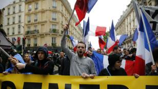 Des militants français de Génération Identitaire manifestent contre l'immigration à Paris, le 28 mai 2016.