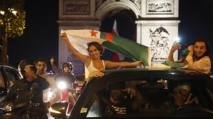Les fans de l'Algérie laissent exploser leur joie sur les Champs-Élysées, à Paris, dimanche 14 juillet 2019.