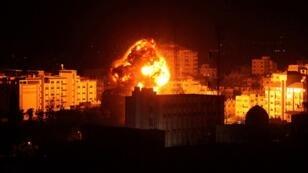النيران تتصاعد من موقع في قطاع غزة عقب غارات إسرائيلية 25 مارس/آذار 2019.
