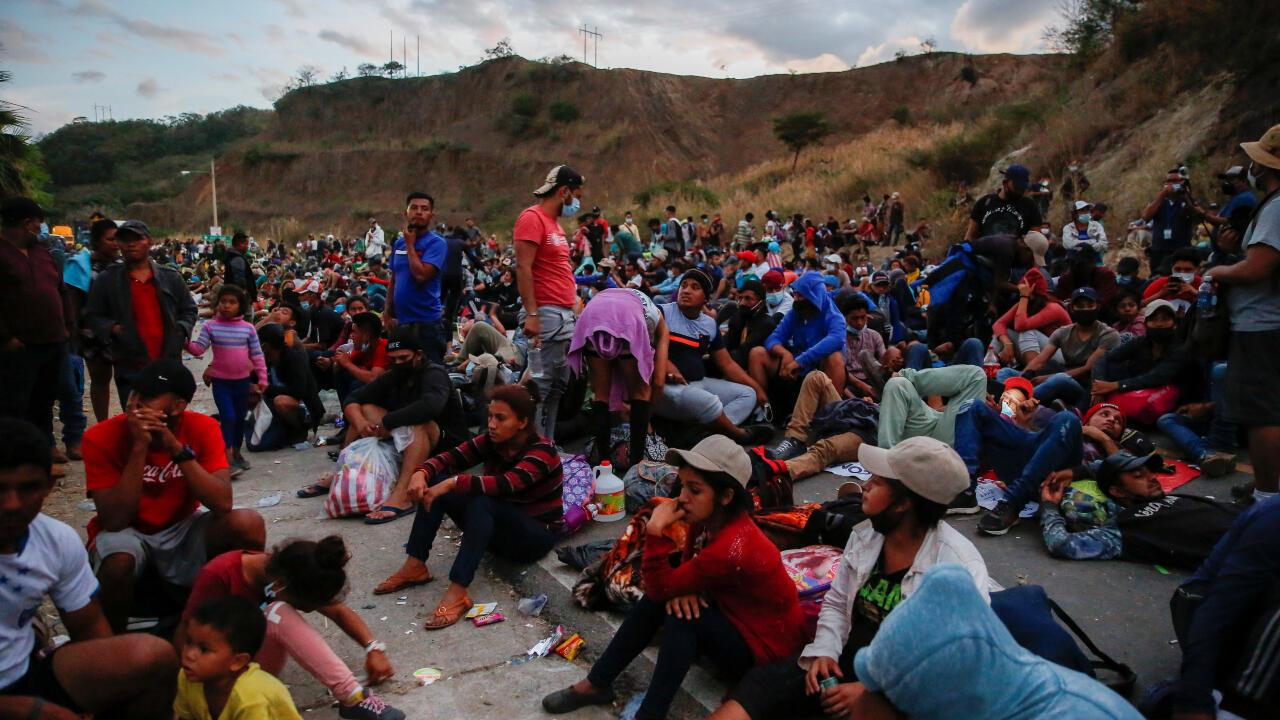 Cientos de migrantes se estacionan en la carretera en Vado Hondo, Guatemala, ante el bloqueo de las autoridades de ese país que les impide avanzar hacia México. 17 de enero de 2021.