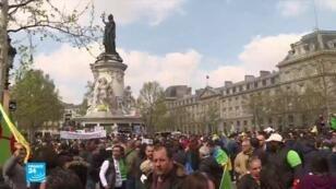 جزائريون يتظاهرون في ساحة الجمهورية وسط باريس- 14 أبريل/نيسان 2019.