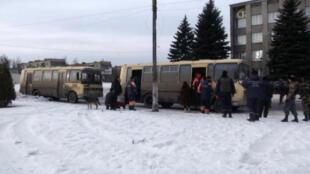 Des cars affrétés par la municipalité de Donetsk emmènent les habitants de Debaltseve qui veulent fuir les combats.