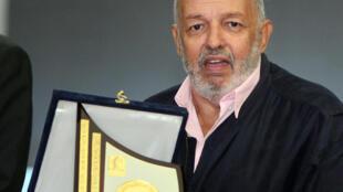 المخرج المصري محمد خان بعد فوزه بجائزة مهرجان الإسكندرية للسينما المتوسطية عام 2013