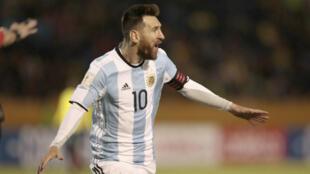 Lionel Messi celebra su tercer gol ante Ecuador. Goleada que dió la victoria y el pase al mundial, a la selección Argentina.