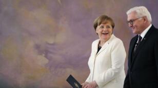المستشارة الألمانية أنغيلا ميركل إلى جانب وزير الداخلية الألماني هورست سيهوفر.
