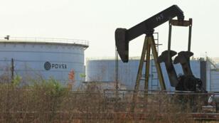 En una instalación petrolera en Lagunillas, Venezuela, se ve una bomba de extracción de aceite y un tanque con el logotipo corporativo de la petrolera estatal PDVSA el 29 de enero de 2019.