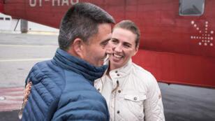 Mette Frederiksen es recibida por Kim Kielsen, cuando llega a Nuuk, Groenlandia, el 18 de agosto de 2019.