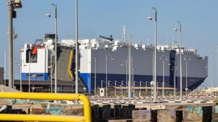 """صورة ملتقطة في 28 شباط/فبراير 2021 تظهر سفينة شحن  اسرائيلية التي ترفع علم باهاماس """"أم في هيليوس راي"""" في ميناء راشد في دبي، أرشيف"""
