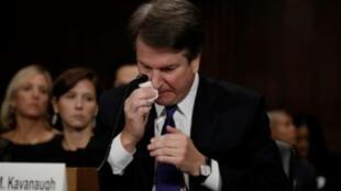 القاضي بريت كافانو المرشح للمحكمة الأمريكية العليا يبكي أثناء تقديم بشهادته أمام لجنة العدل في مجلس الشيوخ في واشنطن في 27 أيلول/سبتمبر 2018