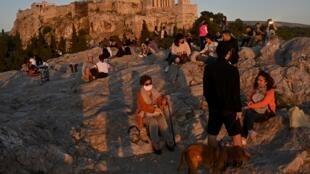 (ARCHIVES) L'Acropole, que les Athéniens ne pouvaient contempler que de loin depuis le début du confinement, ici le 5 mai 2020, a rouvert ses portes le 18 mai, dans le cadre du déconfinement progressif en Grèce.