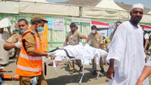 Les secours évacuent les corps des victimes lors du pèlerinage de la Mecque le 24 septembre dernier.