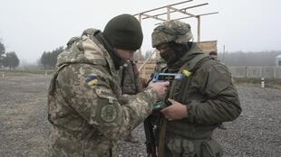 EN NW PKG FOCUS 1209 UKRAINE DONBASS PEACE HOPES NO MIX