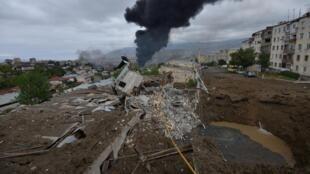 صورة تظهر آثار القصف في ستياباناكرت كبرى مدن إقليم ناغورني قره باغ الانفصالي في 4 تشرين الأول/أكتوبر