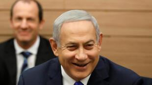 El primer ministro israelí, Benjamin Netanyahu, sonríe cuando asiste al Comité de Asuntos Exteriores y Defensa en el Knesset, el Parlamento de Israel, en Jerusalén, el 19 de noviembre de 2018.