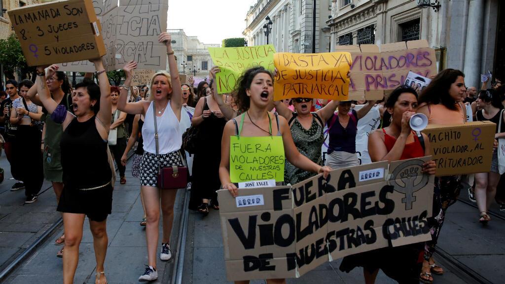 """Manifestantes gritan consignas durante una manifestación contra la liberación bajo fianza de cinco hombres conocidos como """"La Manada"""", condenados por delito de abuso sexual y no por violación. Sevilla, España, 22 de junio de 2018."""
