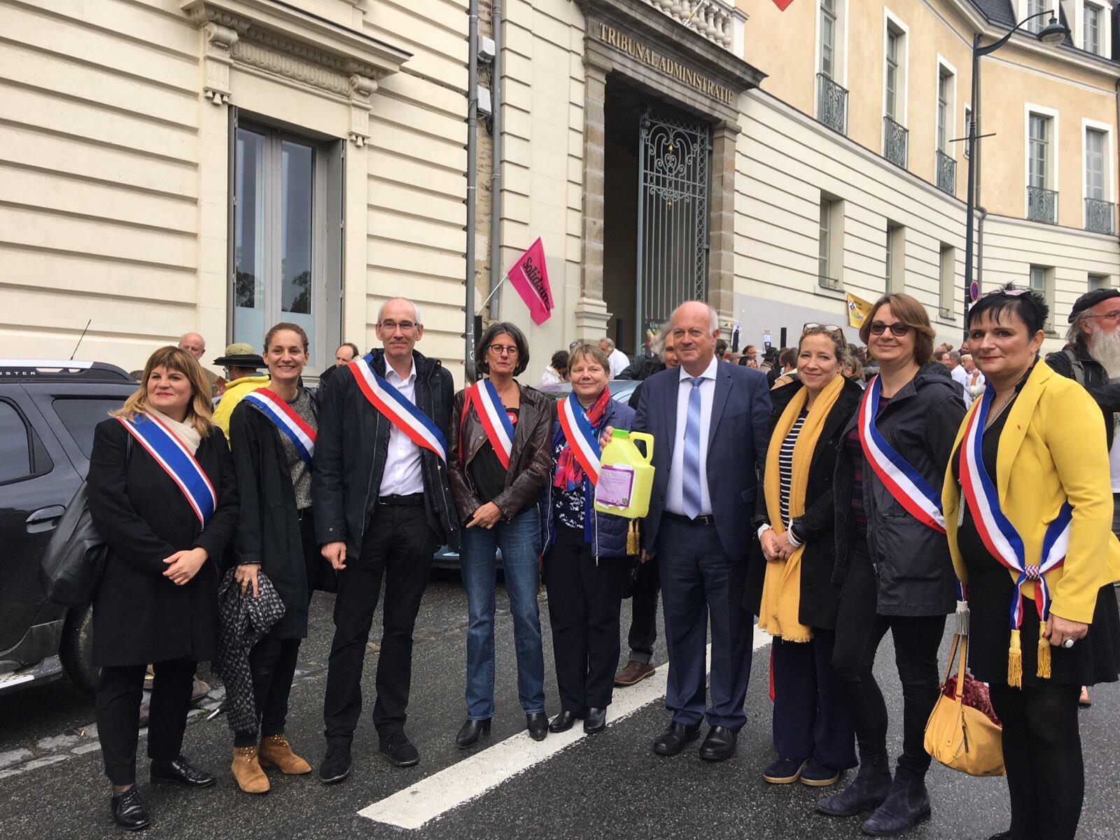 Le maire de Langouët Daniel Cueff, attaqué pour son arrêté anti-pesticides, devant le tribunal administratif de Rennes, aux côtés d'élus, le 14 octobre.