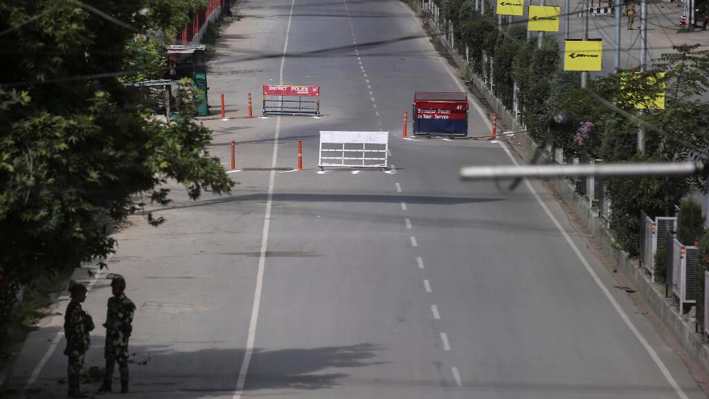 Las fuerzas de seguridad de la India instalaron puntos de control en muchas zonas de la capital de Cachemira, en algunos casos rodeando barrios enteros.