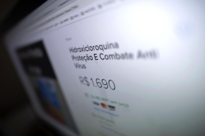 La pantalla de un ordenador muestra Hidroxicloroquina a la venta en una página web brasileña, el 20 de mayo de 2020 en Rio de Janeiro.