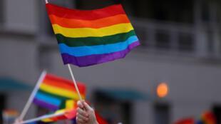Las personas ondean banderas del arcoíris durante el desfile del orgullo gay de 2018 en Manhattan, Nueva York, Estados Unidos. 24 de junio de 2018.