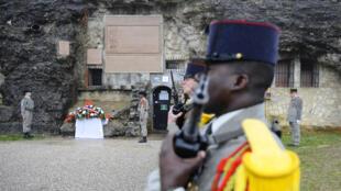 Une gerbe a été déposée par le ministre de la Défense Jean-Yves Le Drian à l'entrée du fort de Douaumont.