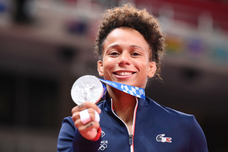 Amandine Buchard fière de sa médaille d'argent dans la catégorie -52 kg aux JO de Tokyo, le 25 juillet 2021