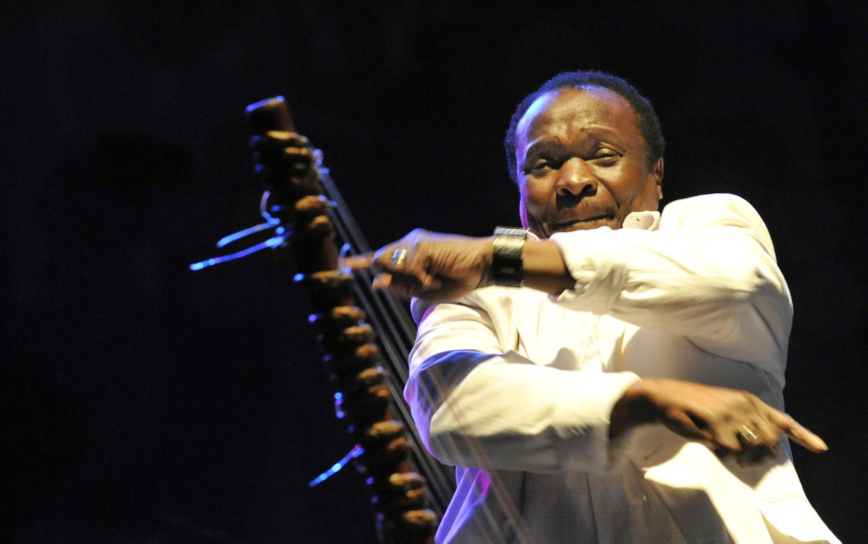 Mory Kanté en concert, le 15 août 2008 à Budapest.
