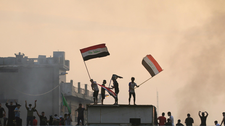 Unos manifestantes con banderas iraquíes durante una protesta contra el desempleo, la corrupción y los servicios públicos deficientes, en Bagdad, Irak, el 2 de octubre de 2019.