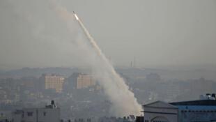 Un cohete es lanzado desde la ciudad de Gaza hacia Israel. 12 de noviembre de 2019.