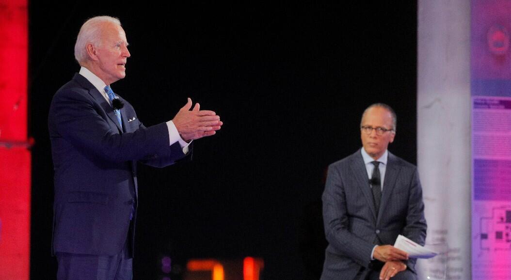 El exvicepresidente y candidato presidencial por el Partido Demócrata, Joe Biden, habla junto al moderador Lester Holt, presentador de noticias de NBC, durante un evento en el ayuntamiento de NBC News, mientras hace campaña en Miami, Florida, EE. UU., el 5 de octubre de 2020.