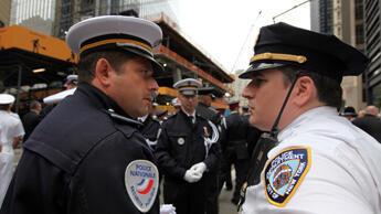 Le brigadier français Laurent Juste et le Lieutenant Corbett de la NYPD. (Photo : Sarah Leduc / france24.com)