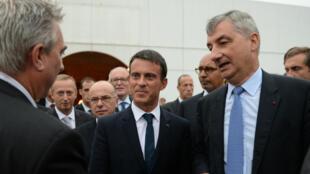 Le Premier ministre, Manuel Valls, et le ministre de l'Intérieur, Bernard Cazeneuve, à Calais le 31 août 2015.