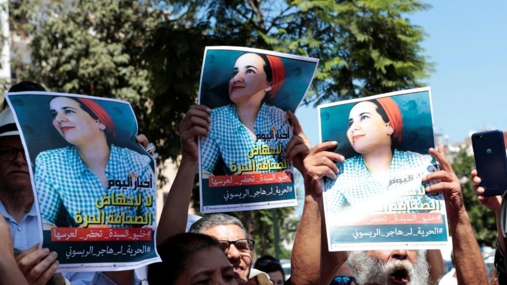 """Des militants marocains tiennent une pancarte pour soutenir Hajar Raissouni, journaliste accusée d'""""avortement illégal"""", lors d'une manifestation devant le tribunal de Rabat, au Maroc, le 9 septembre 2019."""