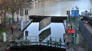 Les opérations de nettoyage du canal Saint-Martin à Paris ont débuté le lundi 4 janvier 2016.