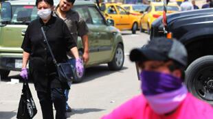 عراقيون يضعون كمامات في أحد شوارع بغداد غب الرابع من أيار/مايو 2020
