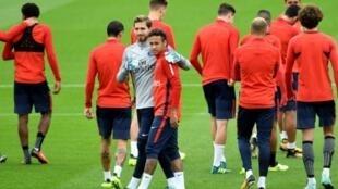 البرازيلي نيمار والحارس الألماني كيفن تراب وزملاء لهما، خلال حصة تدريبية لنادي باريس سان جرمان الفرنسي لكرة القدم، في 18 آب/أغسطس 2017