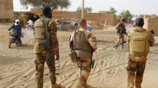 Des soldats français de l'opération Barkhane et des militaires maliens, dans la région de Liptako, le 21 mars 2019.