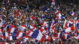 فرنسيون يتجمعون في منطقة المشجعين في شان-دو-مارس في قلب باريس 15 حزيران/يونيو 2018