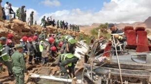 عناصر قوات الأمن يبحثون عن ناجين في حطام حافلة عقب حادث بسبب الفيضانات، مدينة الرشيدية جنوب المغرب، 8 سبتمبر/أيلول 2019.