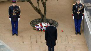 """Emmanuel Macron rend hommage au préfet Érignac assassiné en 1998 sur la place qui porte désormais son nom à Ajaccio, mardi 6 février 2018, où figurent un olivier et l'inscription """"1 homme 1 place""""."""