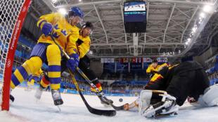 Encuentro preliminar de hombres - Suecia - Alemania - Kwandong Hockey Center, Gangneung, Corea del Sur - 16 de febrero de 2018 - Dennis Everberg (L) de Suecia en acción contra el portero Timo Pielmeier de Alemania.
