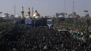Des musulmans chiites se rassemblement pour commémorer l'Arbaïn, à Kerbala, le 11 décembre 2014.