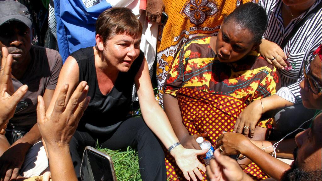 En visite à Mayotte, Annick Girardin a choisi de s'assoir par terre pour dialoguer avec un petit groupe de femmes.