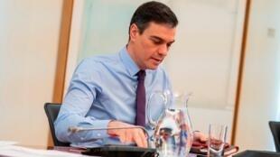 El presidente del Gobierno de España, Pedro Sánchez, durante la reunión que ha mantenido este domingo por videoconferencia con los presidentes de las distintas comunidades autónomas. Madrid, España, 12 de abril de 2020.