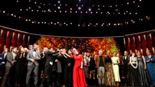 صورة جماعية بعد حفل توزيع الجوائز في مهرجان برلين السينمائي الدولي السبعين في برلين ، ألمانيا ، 29 فبراير 2020. رويترز